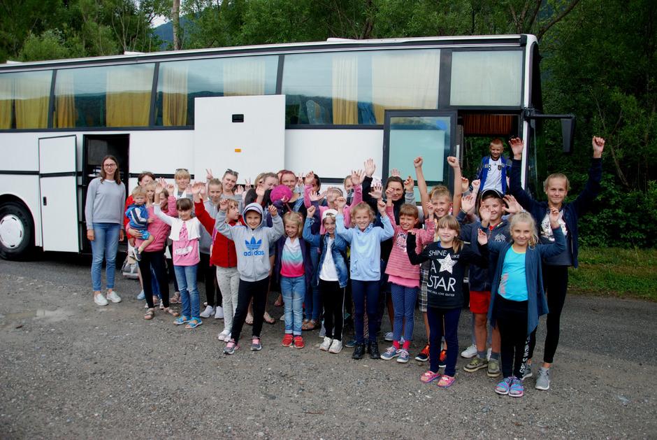 Abschied nehmen hieß es kürzlich in Tarrenz für diese Tschernobylkindergruppe. Die Kinder durften einen vierwöchigen Erholungsurlaub bei Gasteltern im Oberland, Außerfern und Innsbruck-Land genießen.