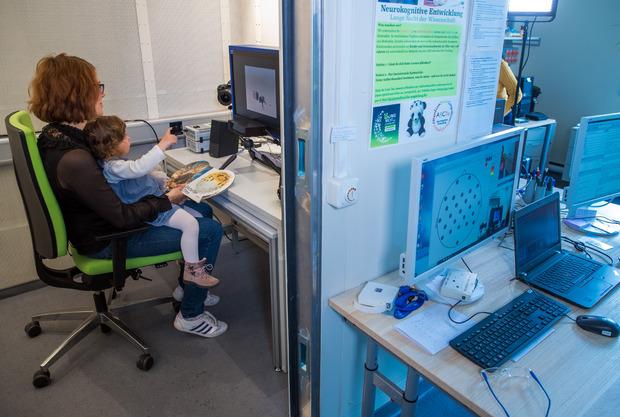 Im Labor für Neurobiologie am Leibniz-Institut schaut die zweijährigen Henriette mit ihrer Mutter Sophie Ehrenberg einen Film.