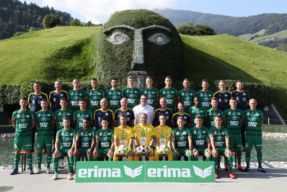 Das neue Mannschaftsfoto in den Swarovski-Kristallwelten hat den Bundesliga-Test bereits bestanden.