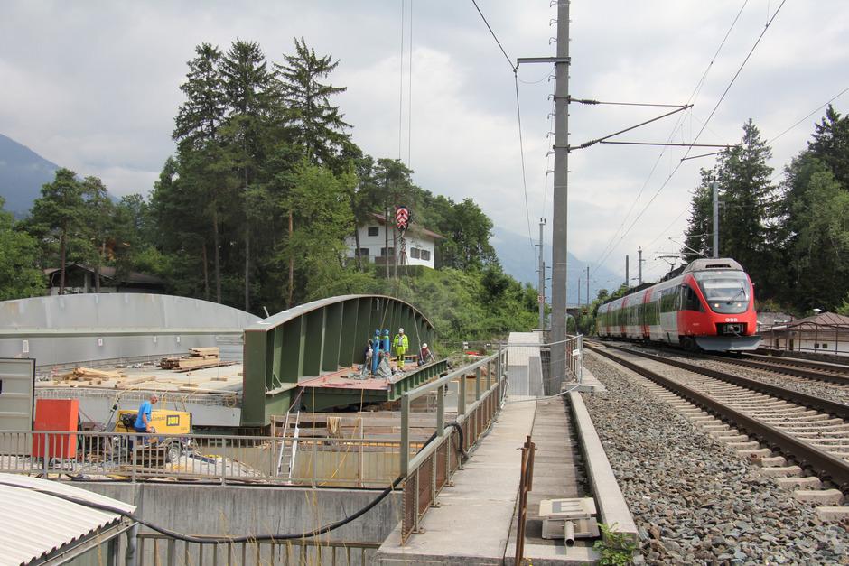 Die Arbeiten an der neuen Vomperbachbrücke laufen auf Hochtouren (Bild), zwischen 27. Juli und 16. August kommt es zu Sperren.