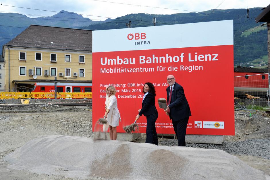 Bürgermeisterin Elisabeth Blanik (l.), LHStv. Ingrid Felipe und ÖBB-Vorstandsvorsitzender Andreas Matthä beim offiziellen Spatenstich.