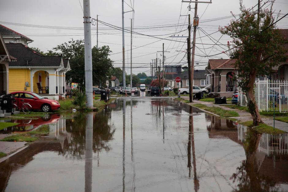 In New Orleans stehen nach heftigem Regen einige Straßen unter Wasser.