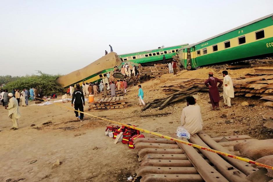 Durch die Kollision entgleisten mindestens drei Wagons des Personenzugs.
