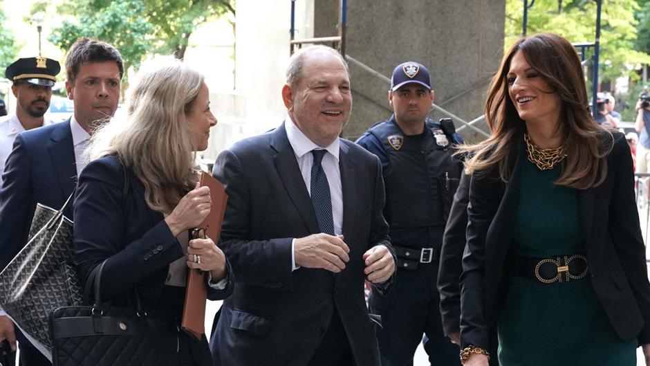 Harvey Weinstein erschein gut gelaunt mit seinem neuen Anwaltsteam vor Gericht in New York.
