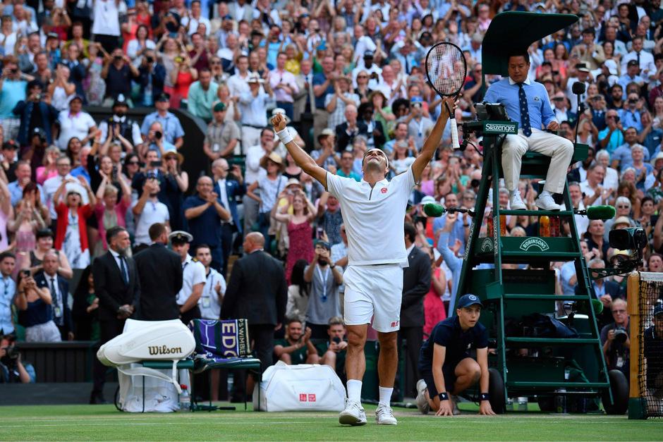 """Am Ende durfte """"King Roger"""" nach etwas über drei Stunden über den Wimbledon-Finaleinzug jubeln, da staunte auch Ex-Kicker David Beckham (r. unten) auf der Tribüne. Rafael Nadal zeigte sich als fairer Verlierer. <span class=""""TT11_Fotohinweis"""">Foto (3): AFP</span>"""