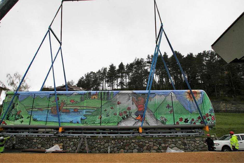 Bunt präsentieren sich die neuen Wagen der Serfauser Dorfbahn, die heute ihren Betrieb aufnimmt.
