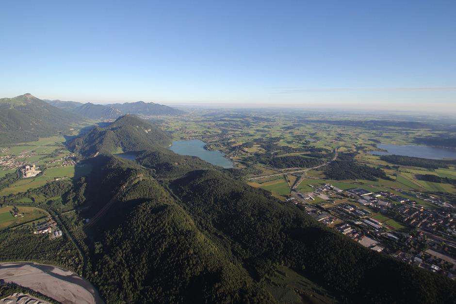 Das Grenzland Außerfern/Allgäu mit Vils (l.), Füssen (r.) und im Hintergrund Pfronten.