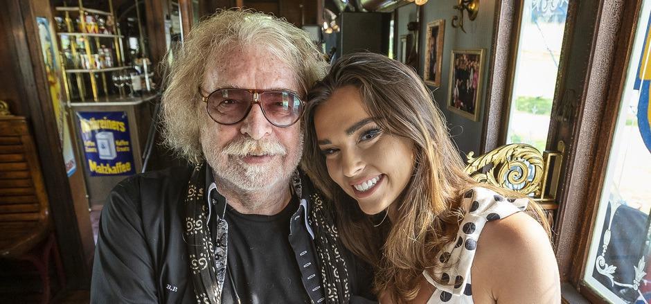"""Treffen im Lieblingswagen: Bernhard Paul und seine Tochter Lili im """"Café des Artistes"""", jenem Wagen, den Paul zum Kaffeehaus ausbauen ließ."""