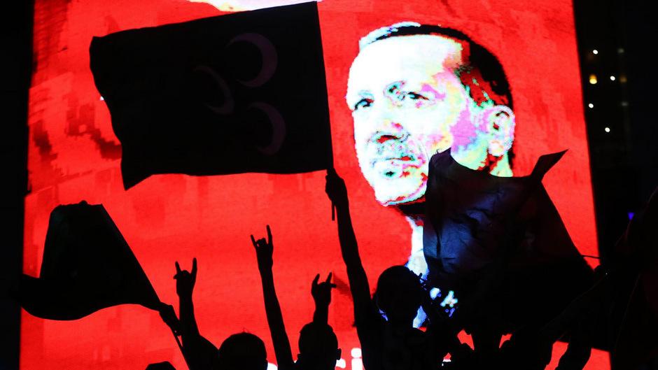 Nach dem gescheiterten Militärputsch vom 15. Juli 2016 feierten Anhänger Präsident Erdogan.