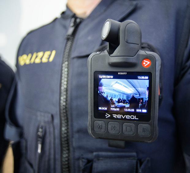Die Tiroler Polizei setzt jetzt auch Bodycams ein. Die Aufnahmen dienen auch als Beweismittel.