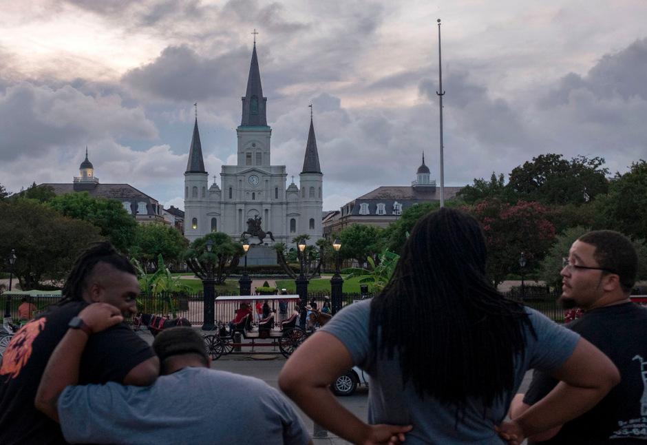 Dunkle Wolken brauen sich zusammen über der Saint Louis Kathedrale in New Orleans.