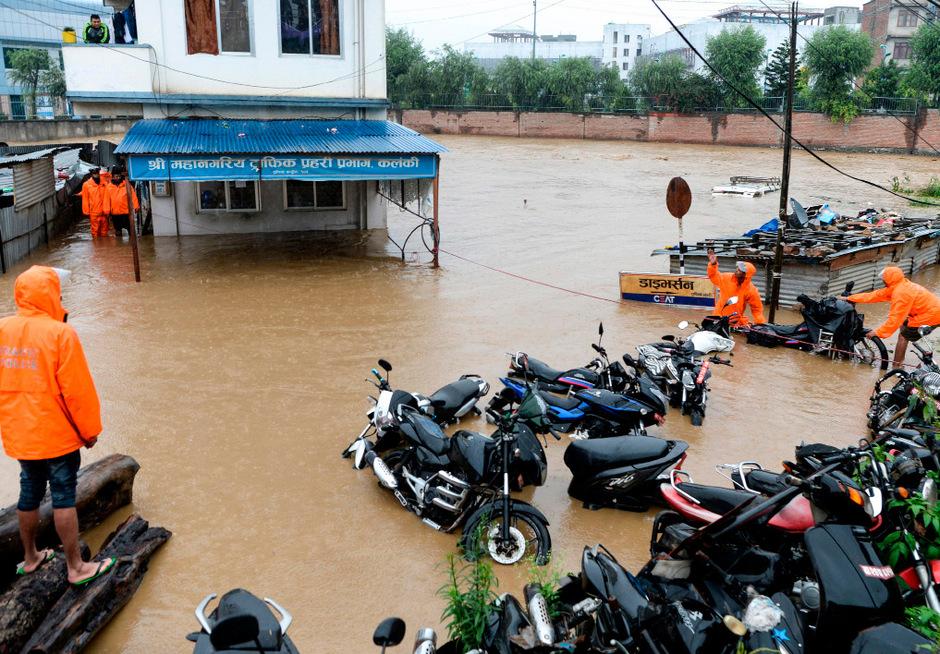 Heftige Überschwemmungen haben Teile Kathmandus unter Wasser gesetzt.