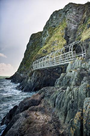 Da kommt leichte Nervosität auf: Der Klippenweg The Gobbins beeindruckt u.a. durch kühne Brücken.