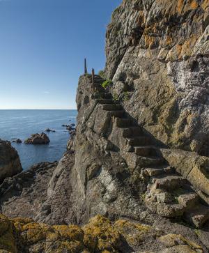 Auf und ab: Auch in den Fels gehauene Stufen sind zu bewältigen.