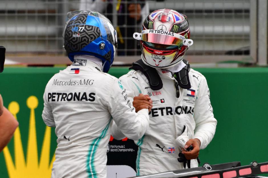 Valtteri Bottas (li.) steht mit  Lewis Hamilton in der ersten Startreihe.