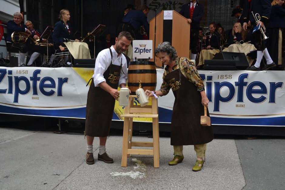 BM Hedi Wechner und Vize-BM Mario Wiechenthaler eröffneten das Stadtfest, das in der Bahnhofstraße stattfand.