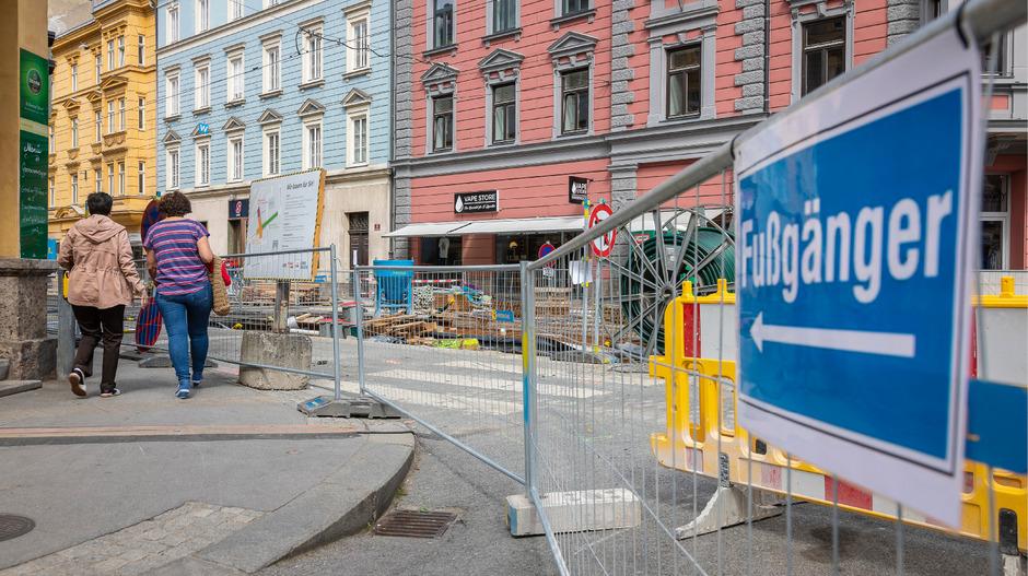 Im Bereich der Anichstraße in Innsbruck werden auch Fußgänger umgeleitet.