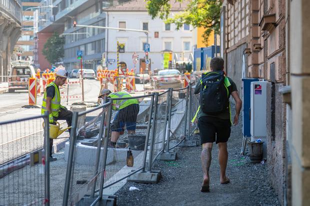 Auch entlang der Bögen  werden Fußgänger durch mobile Zäune von den Bauarbeiten abgeschirmt.