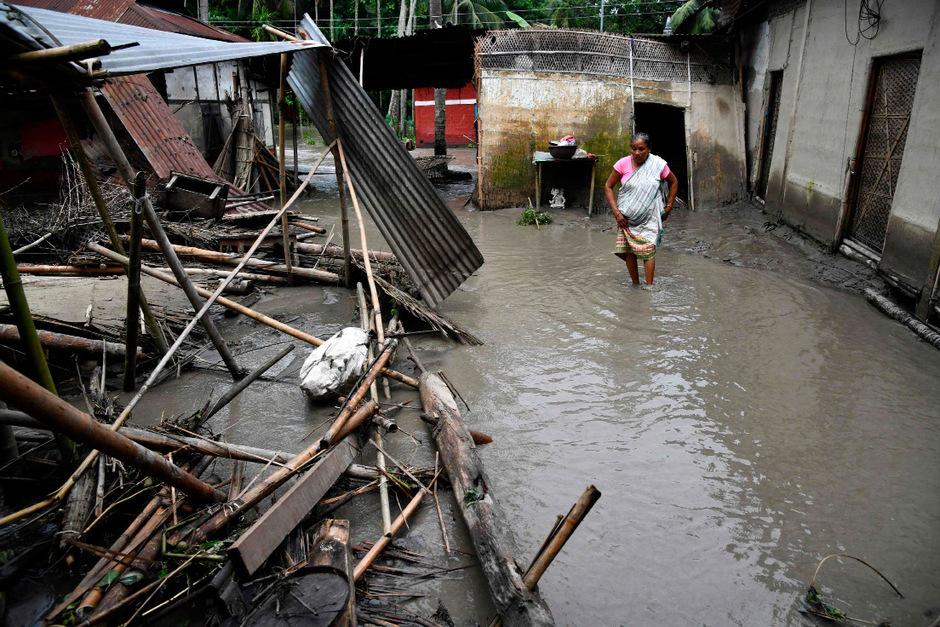 Tausende Menschen mussten wegen Erdrutschen und Überschwemmungen ihre Häuser und Wohnungen verlassen.