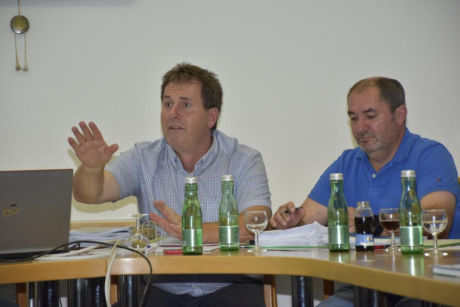BM Josef Knabl (l.) und sein Vize Andreas Huter versuchten, die Situation rund um die Agrargemeinschaft Arzl zu erklären.