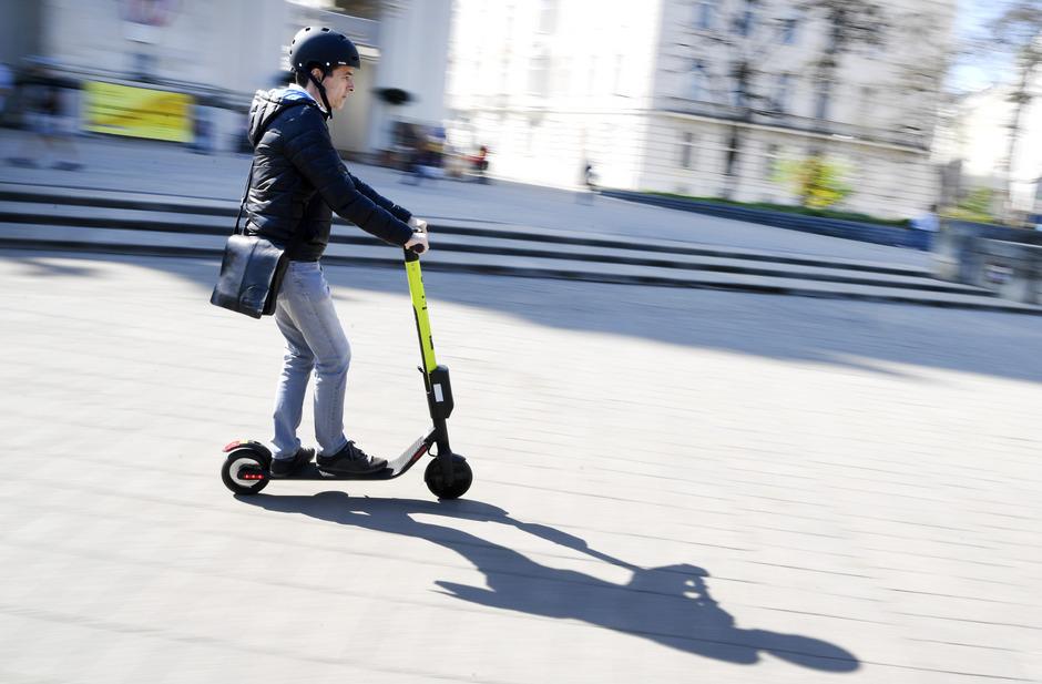 E-Scooter erobern viele Städte, sind in Großbritannien aber im öffentlichen Verkehr verboten.