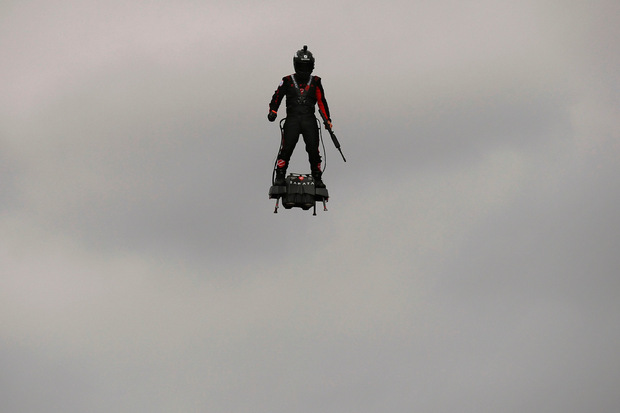 Besondere Attraktion der Parade war in diesem Jahr die Präsentation eines sogenannten Flyboards Air.
