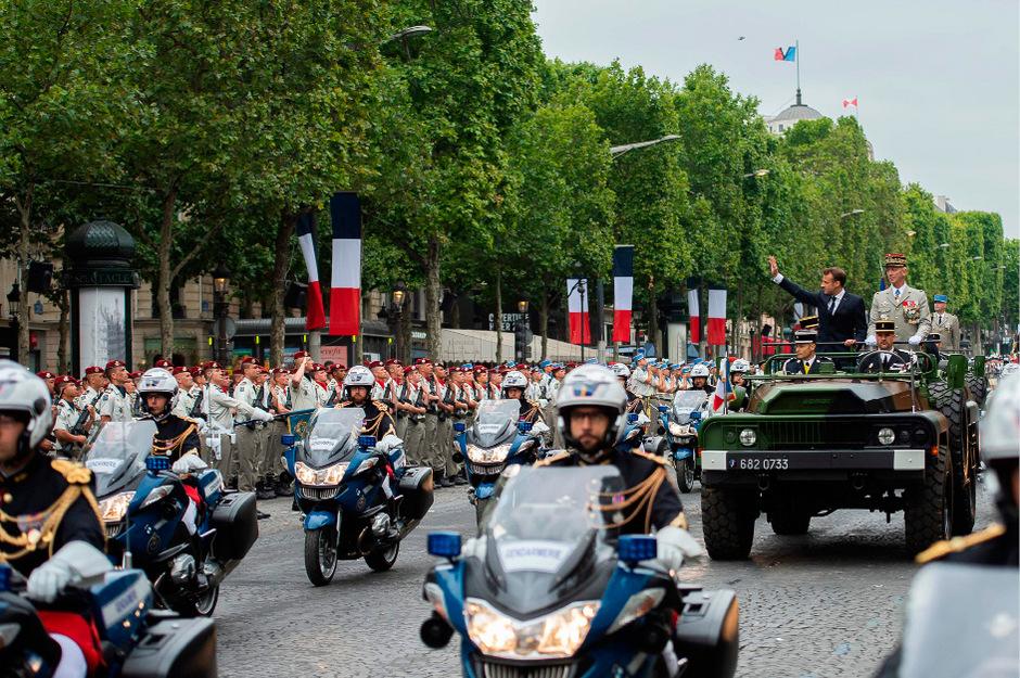 Vor der Parade hatte Macron mit Generalstabschef François Lecointre die Truppen in einem offenen Militärjeep fahrend inspiziert.