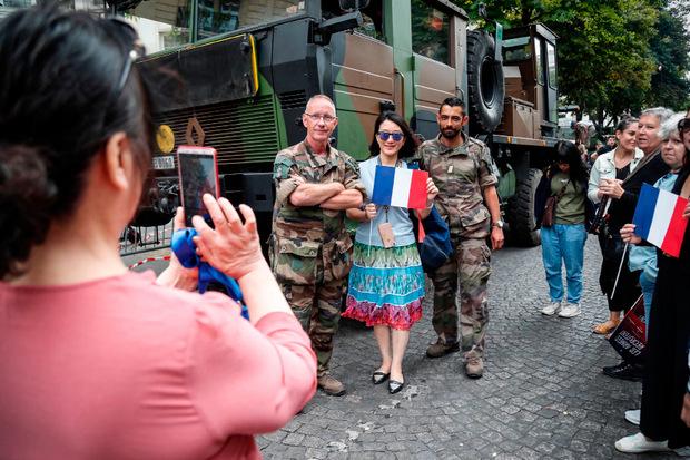 Fotos mit Soldaten zur Erinnerung.