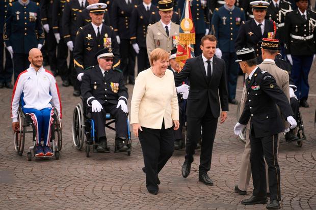 Emmanuel Macron mit Angela Merkel bei der Militärparade.