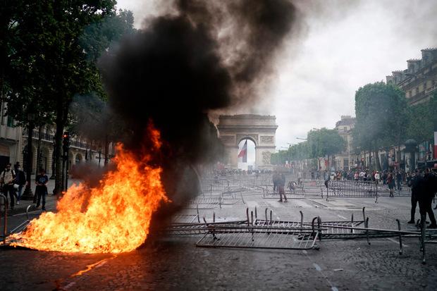 Am Rande der Pariser Militärparade zum Nationalfeiertag hat die Polizei mindestens 152 Menschen festgenommen.