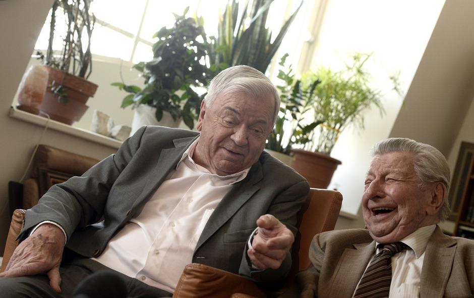 Heiter blicken Peter Nidetzky (l.) und Hugo Portisch auf die 28 Stunden lange Sendung zurück.