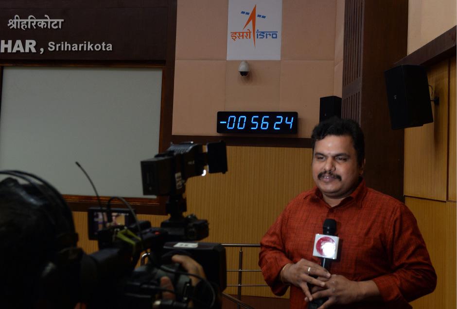 Ein Journalist berichtet vor einer Schalttafel, die den abgebrochenen Countdown zeigt.