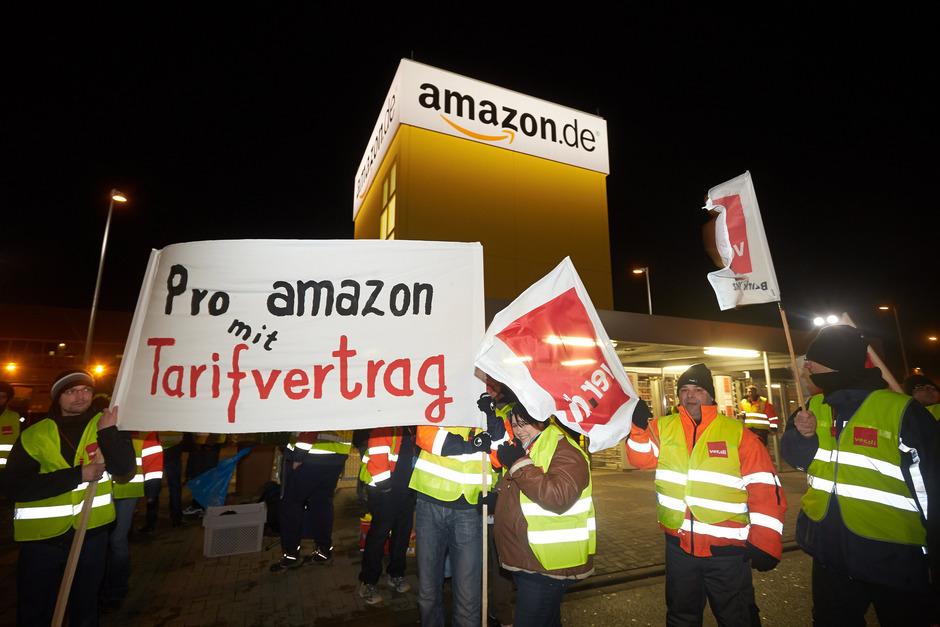 Streikposten vor dem Tor des Versandzentrums von Amazon in Koblenz.