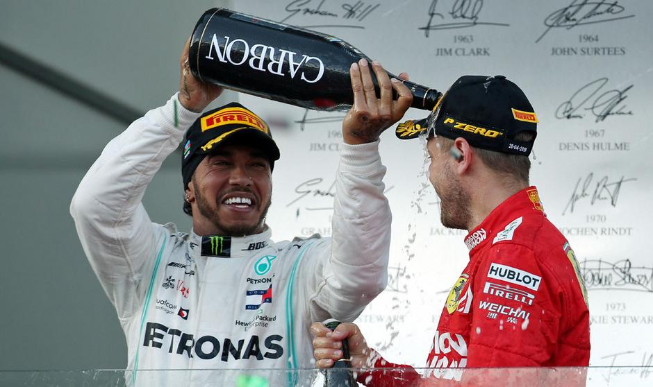 Trotz der aktuellen Krise will Lewis Hamilton seinen Dauerrivalen Sebastian Vettel nicht abschreiben.