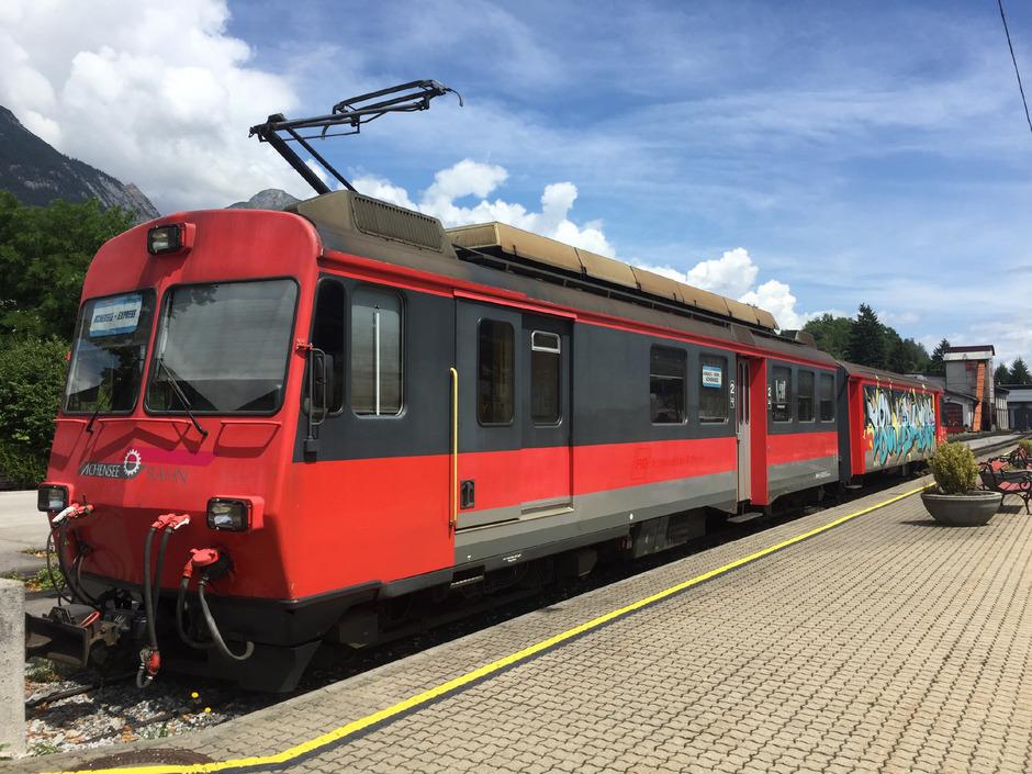 Der Achensee-Express, der am Bahnhof steht, ist derzeit nur eine Vision. Die Zahnradbahn hat indes Probleme, den Fahrplan einzuhalten.