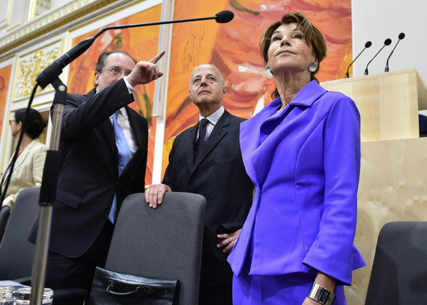 Kanzlerin Bierlein und Außenminister Schallenberg (l.) übernahmen Kabinettmitarbeiter aus den türkisen Ministerbüros, überwiegend von Blümel und Kurz. Justizminister Clemens Jabloner (Bildmitte) suchte sich hingegen für sein Ministerbüro neue Mitarbeiter.