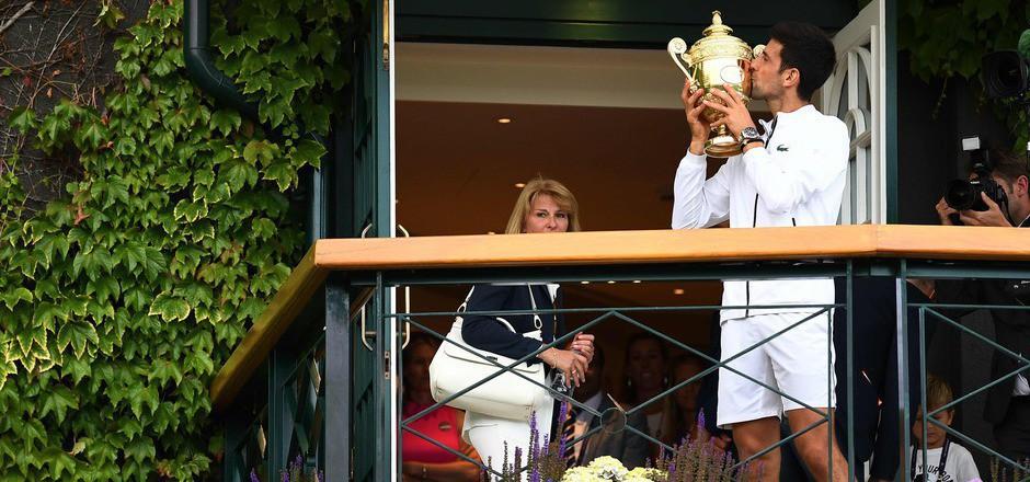 Für den Sieger-Pokal gab's von Novak Djokovic das ein oder andere Küsschen.