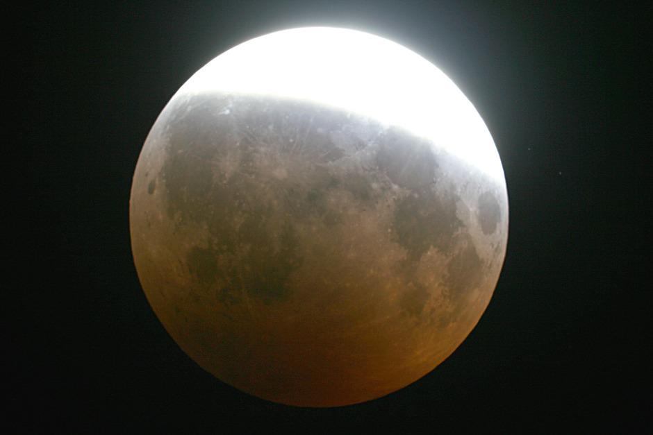 Die auf dem Bild gezeigte partielle Mondfinsternis von 2008 ist der morgigen sehr ähnlich.