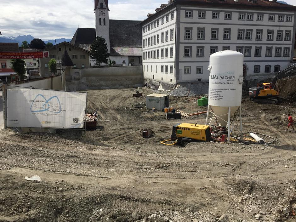Rund um das denkmalgeschützte Schloss Fügen sind die Bagger aufgefahren. Jetzt startet der Rohbau der Tiefgarage.