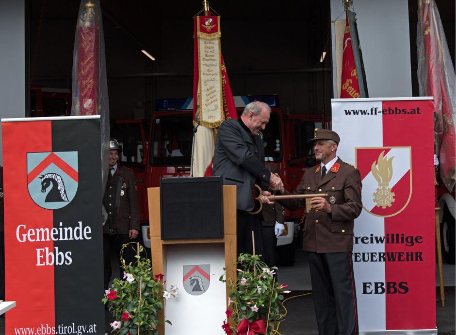 BM Sepp Ritzer übergibt an Kommandant Johann Hörhager den Schlüssel zum FF-Gebäude.