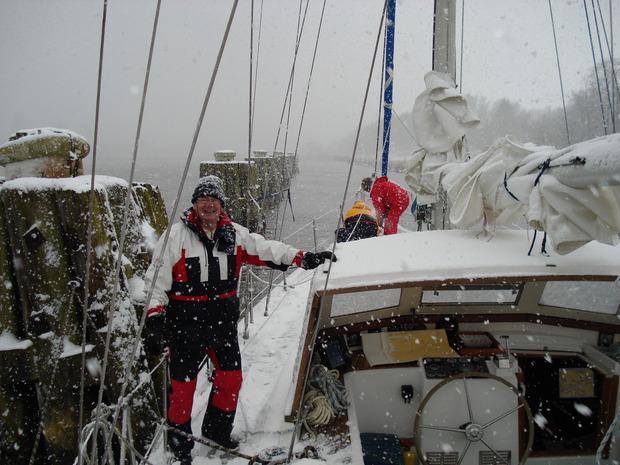 Zu viert segeln die Tiroler von der Ostsee nach Lissabon. Das Wetter – hier ein wildes Schneetreiben – meint es nicht immer gut mit ihnen.