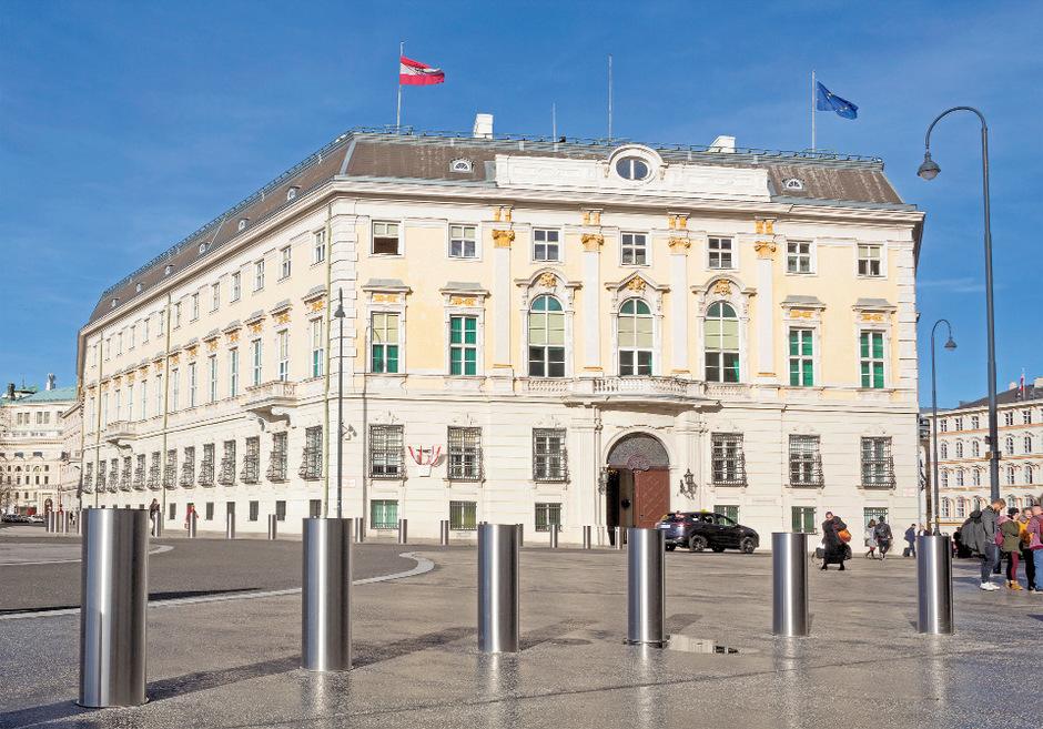 Im Kanzleramt und in Ministerien sind nach wie vor etliche Vertrauensleute des vormaligen Regierungschefs Sebastian Kurz.