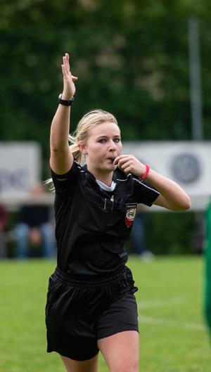 Wenn internationale Klubs in Tirol den Ernstfall testen, nutzen dies auch die Tiroler Schiedsrichter wie Olivia Tschon.