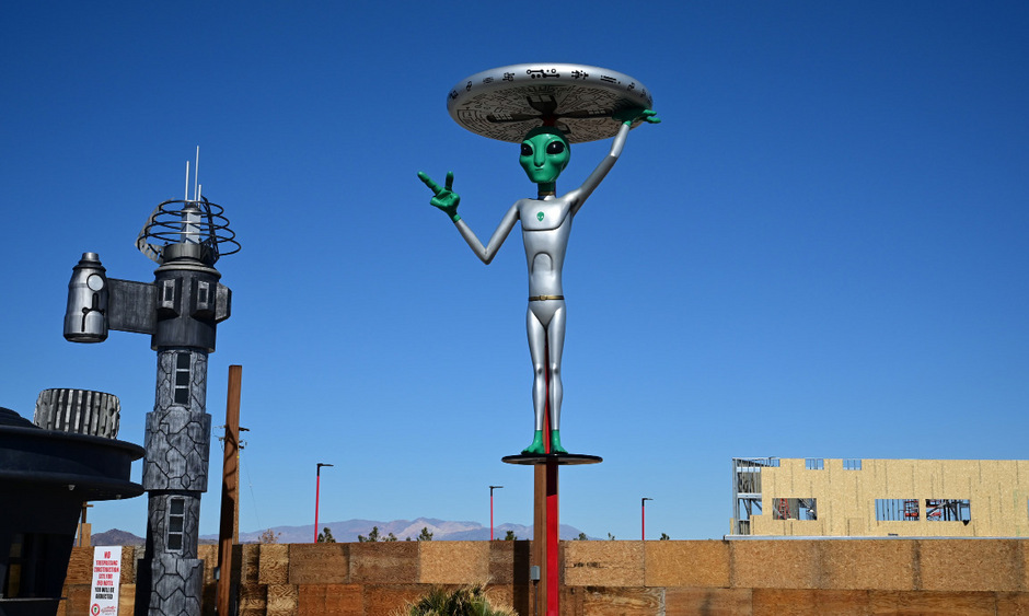 Dank der spektakulären Gerüchte wurde das Areal unfreiwillig zur Touristenattraktion - samt Restaurants, Hotels und Co, die das Alien-Motto aufgreifen.