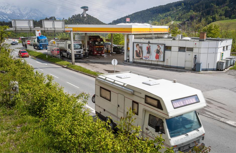 Bei der Tankstelle an der Autobahnfahrt Innsbruck Süd gibt es immer wieder massive Rückstauungen durch LKW – vor allem in Fahrtrichtung Süden.