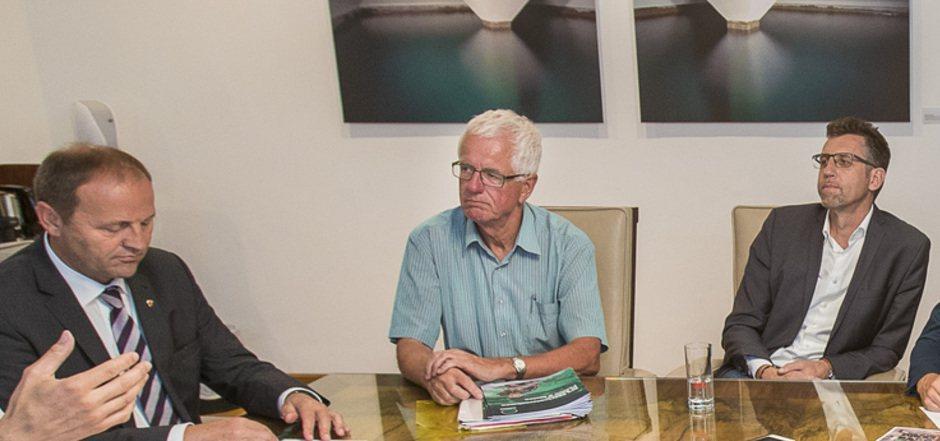 Die Mienen sagen alles: Josef Geisler, Gerhard Stocker und Alfred Hörtnagl (v.l.) spielen derzeit nicht in einer Mannschaft.