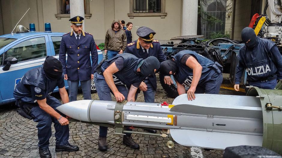 Die Ermittler fanden eine über drei Meter lange und theoretisch voll funktionstüchtige Lenkrakete für den Luftkampf.