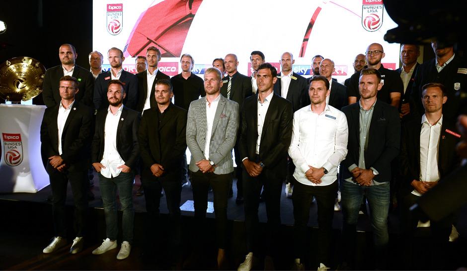 Die Kapitäne und Trainer der Bundesligavereine.