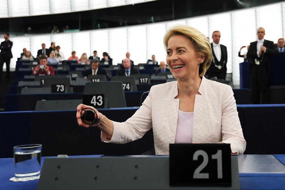 """""""Auch wenn manchen ihr wie """"ins Gesicht gemeißeltes Strahlen"""" auf die Nerven geht – vielleicht hellt es die verblassten europäischen Sterne etwas auf"""", schreibt die Neue Zürcher Zeitung."""