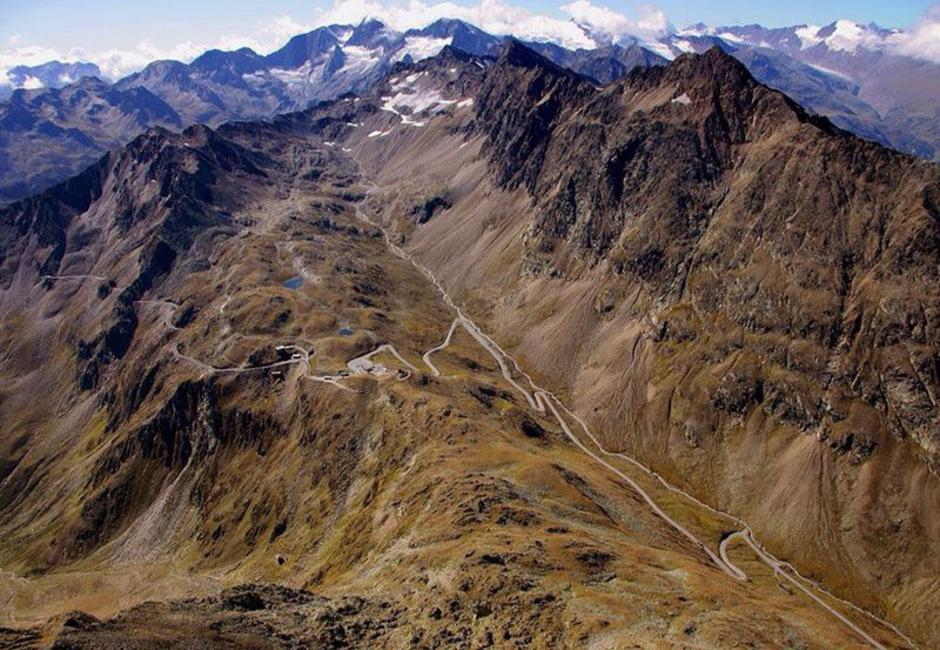 Die vergangenen 100 Jahre war das Land Tirol von der Grenze geprägt – im Bild der Alpenhauptkamm im Bereich des Timmelsjochs.